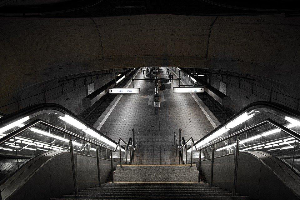 Un escalator descendant vers le métro